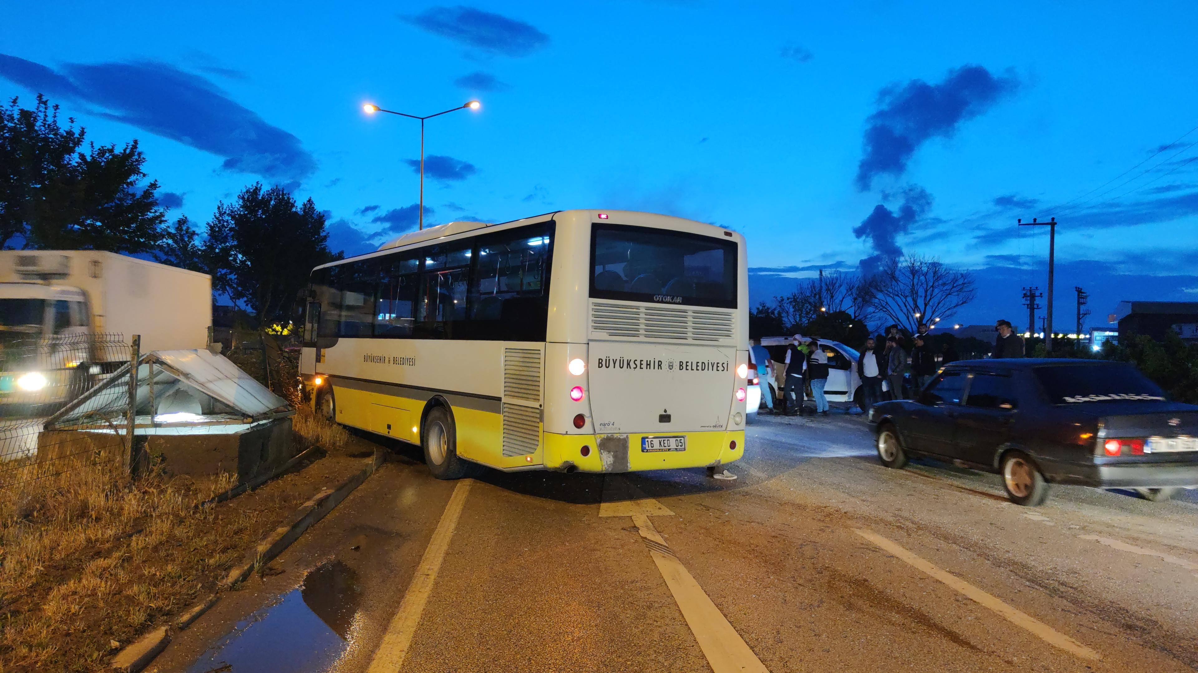 Şehir içi yolcu otobüsü ile hafif ticari araç çarpıştı: 2 yaralı