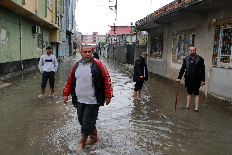 Adana'da sağanak sokakları sular altında bıraktı