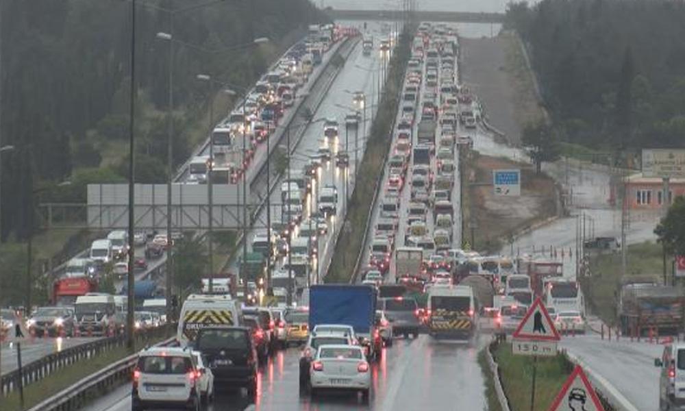 65 yaş üstü İstanbul'u terk ediyor! Trafik kilitlendi…