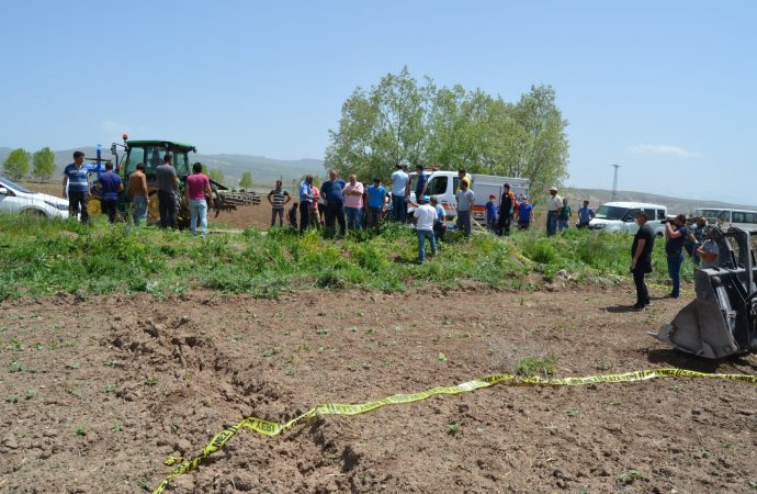 Freni boşalan traktör ile tarım aleti arasında sıkışan çiftçi hayatını kaybetti