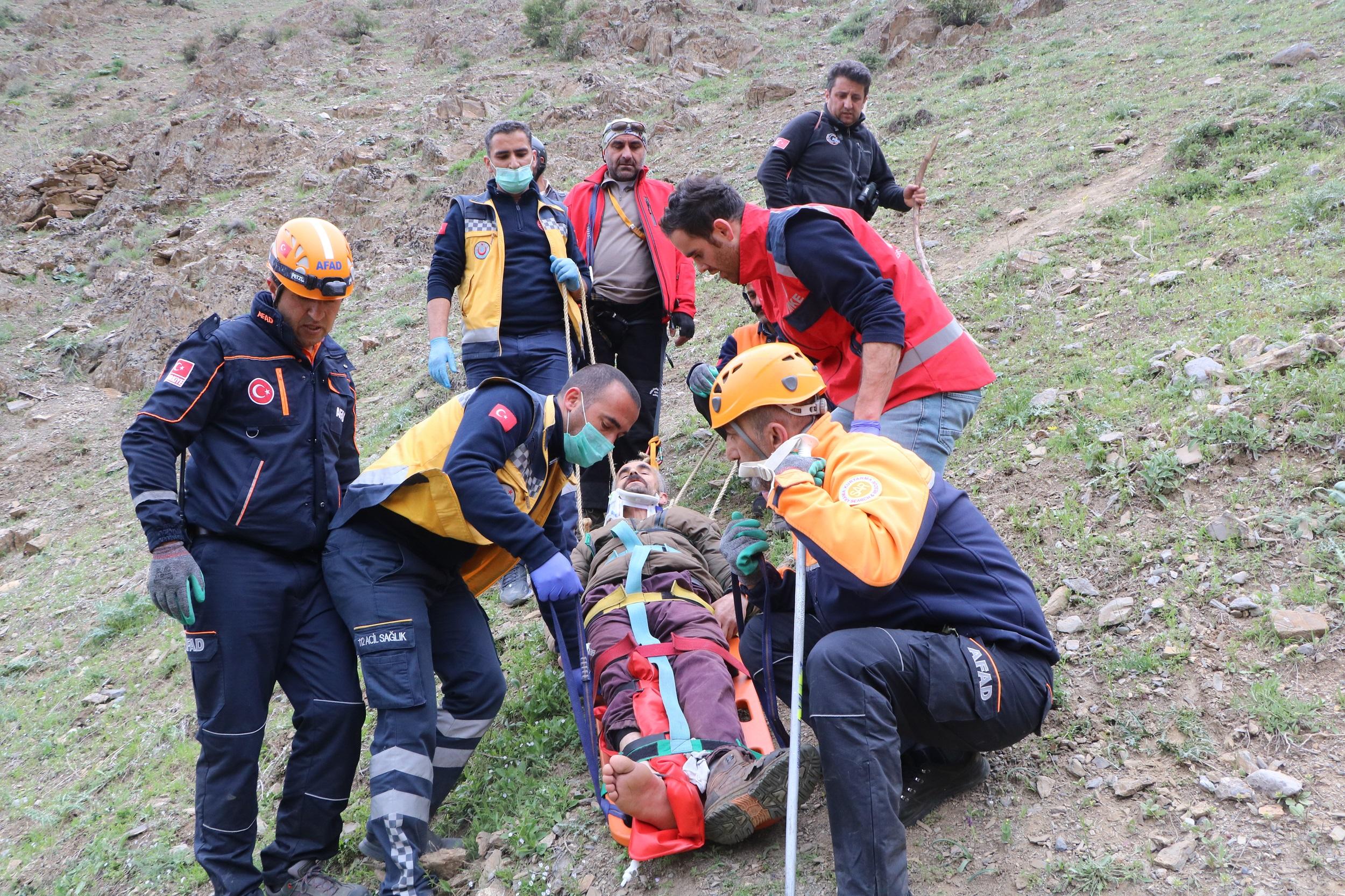 Pancar toplarken uçurumdan düşüp yaralandı, 5 saatte kurtarıldı