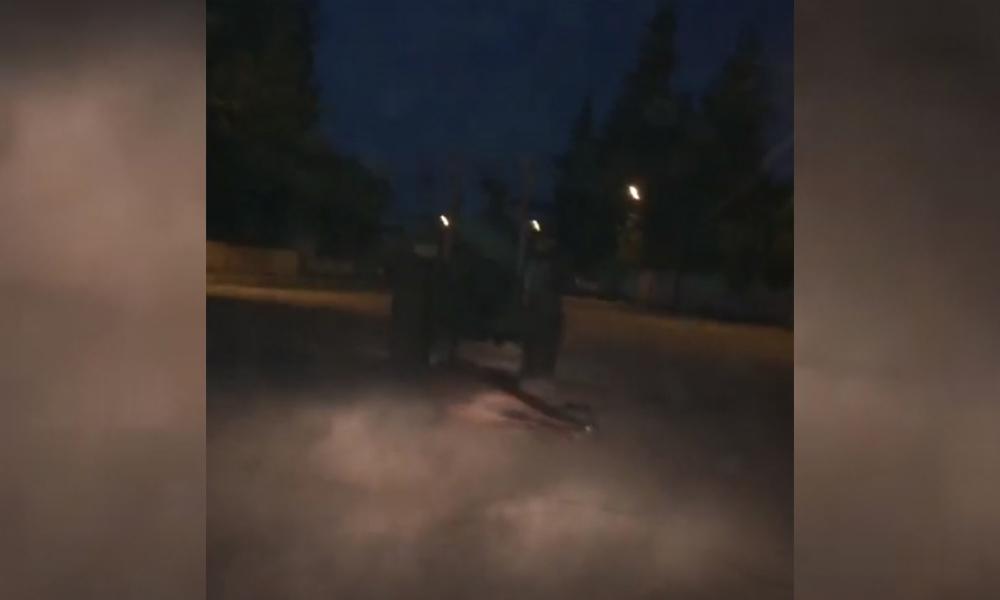 Ölü atı traktöre bağlayıp, sürükledi