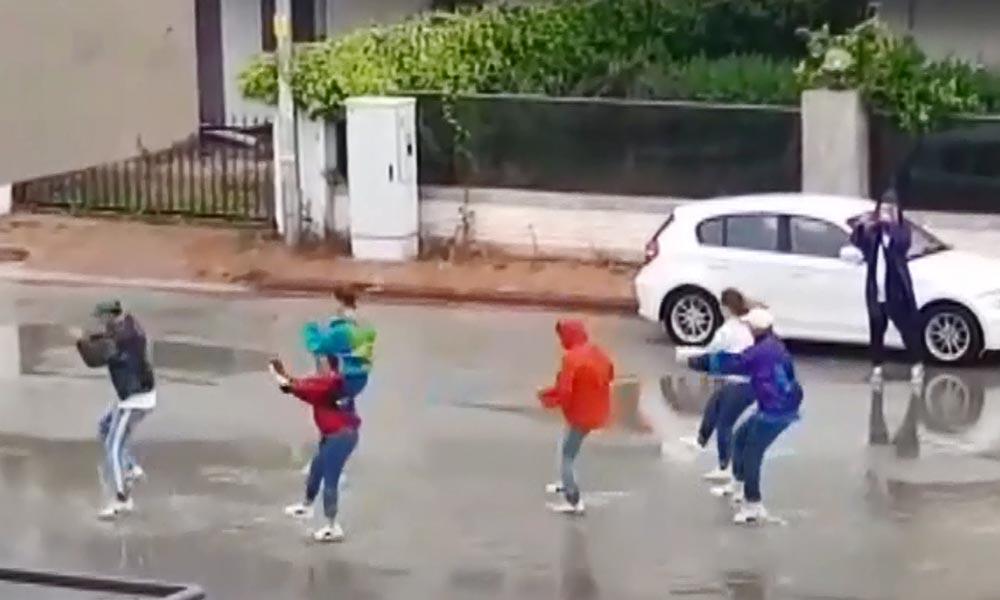 Yasağa rağmen sokakta dans ettiler