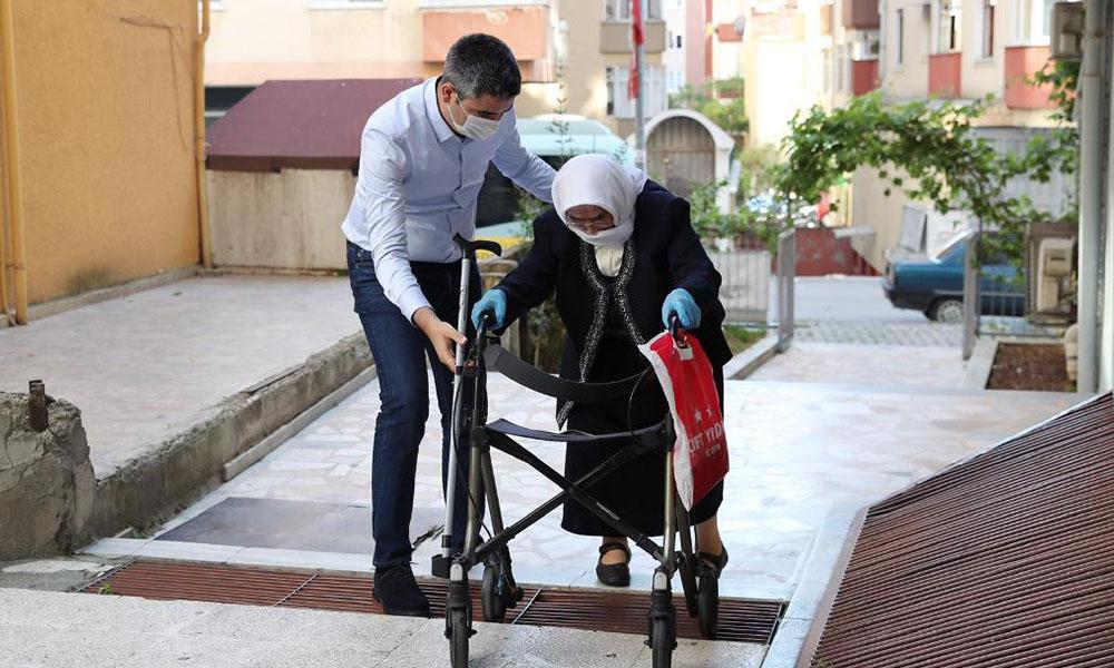 Başkan Gökhan Yüksel önce babaannesini sokağa çıkardı sonra da vatandaşlarla bayramlaştı