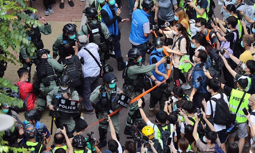 Hong Kong'da sokaklar savaş alanına döndü