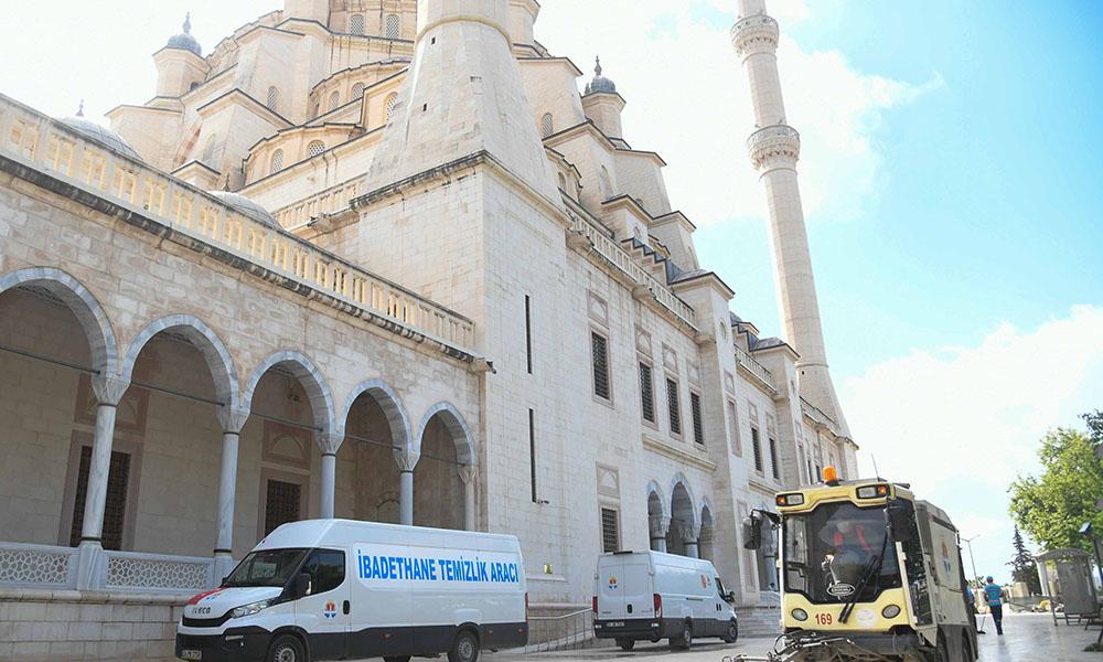 Büyükşehir camilerde temizlik ve dezenfekte çalışması gerçekleştirdi