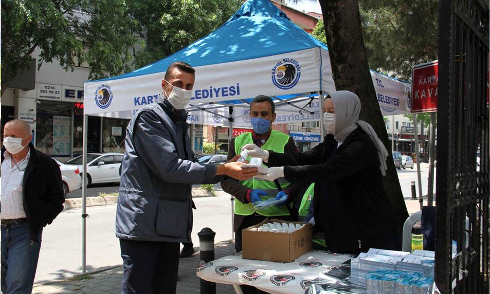 Salgın sonrası kılınan ilk cuma namazında vatandaşlara sağlık kiti dağıtıldı