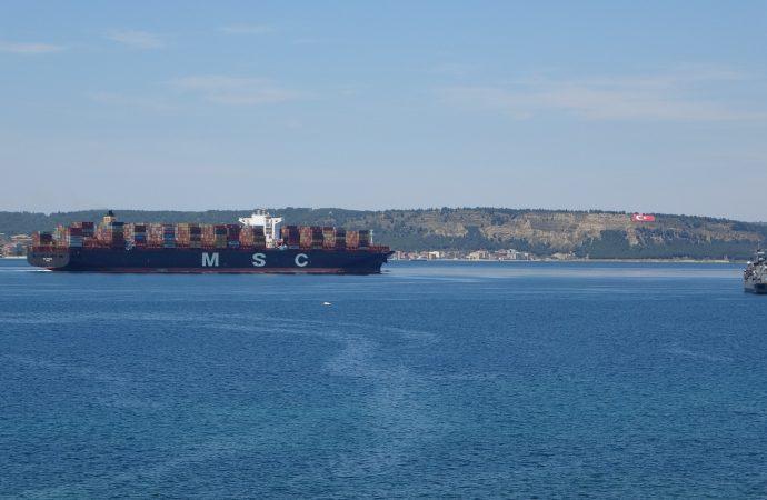400 metrelik dev konteyner gemisi Çanakkale Boğazı'ndan geçti