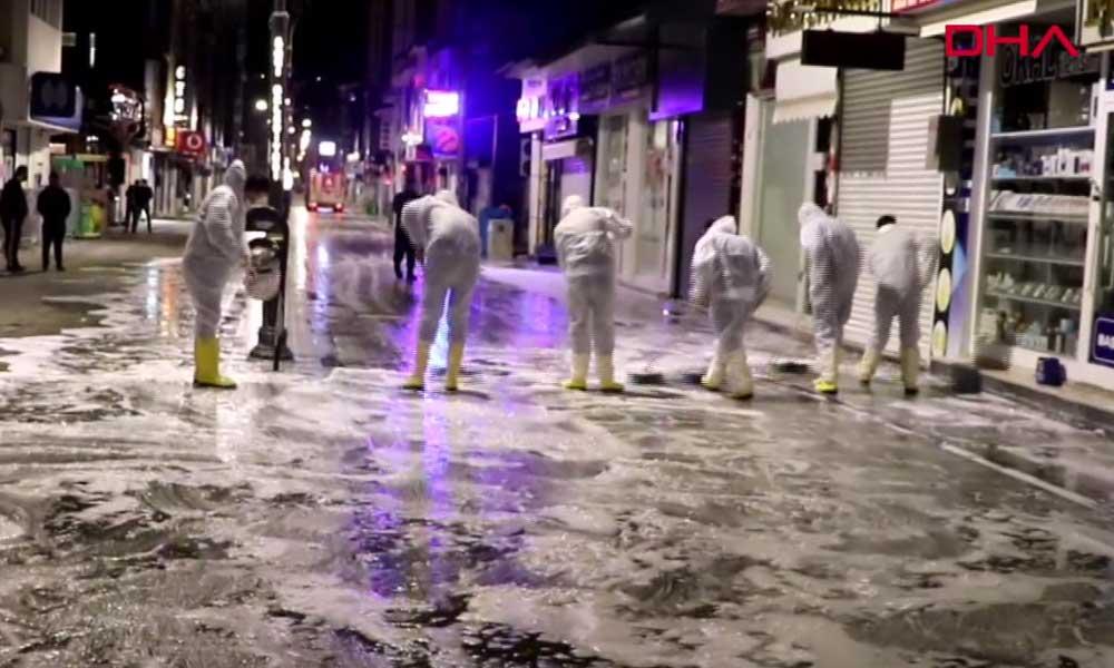 Belediye personelleri halay çekerek sokakları yıkadı… İşte o anlar