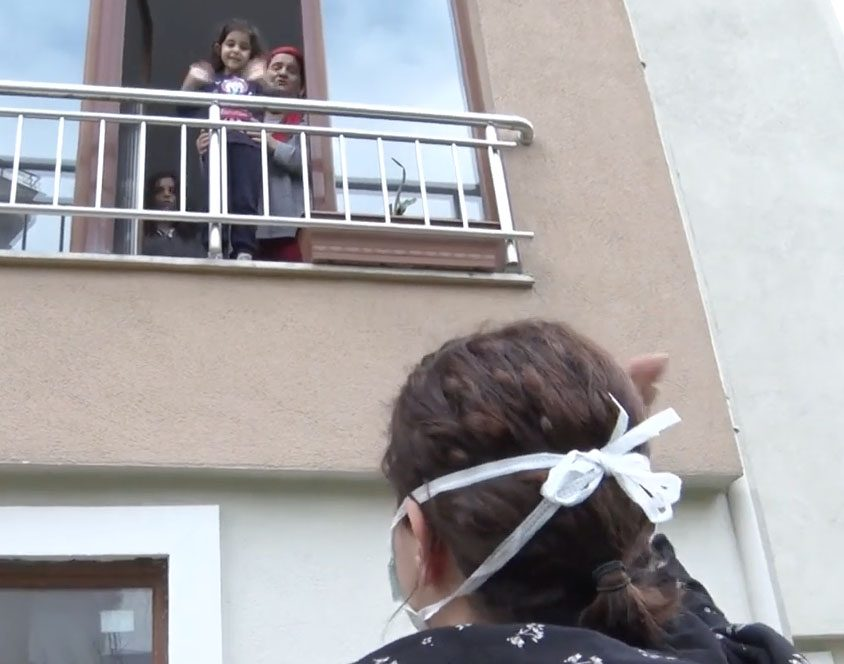 Evine gidemeyen anne balkona çıkan kızlarını görüp ayrılıyor