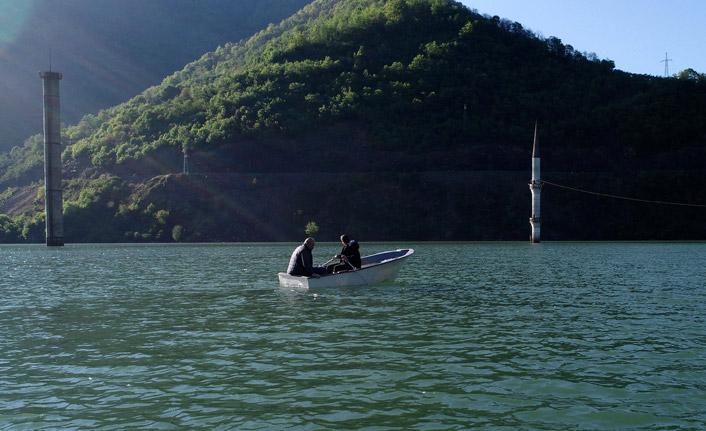 Baraj gölündeki minareye kayıkla ulaşıyorlar