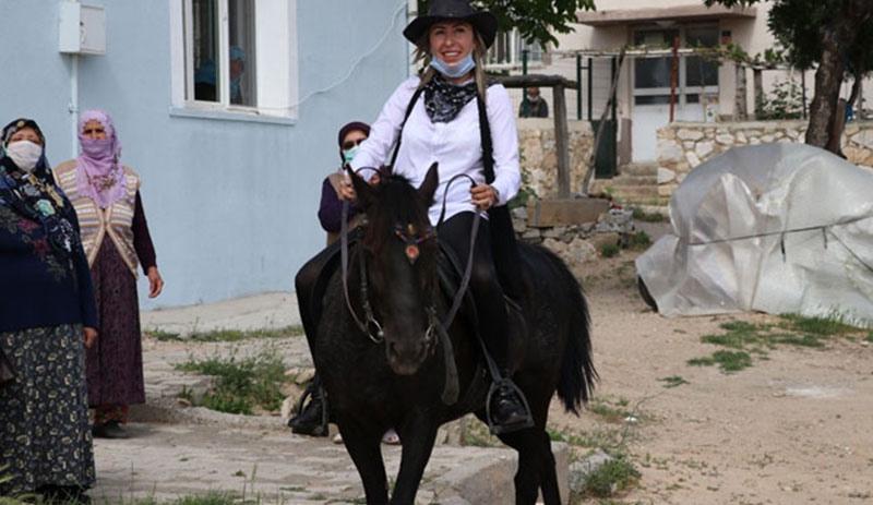 Muhtarın kovboy kıyafetiyle gezdiği at öldürüldü