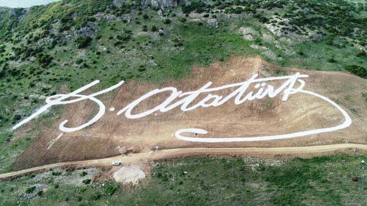 30 kamyon taş kullanılarakdev Atatürk imzası yaptılar