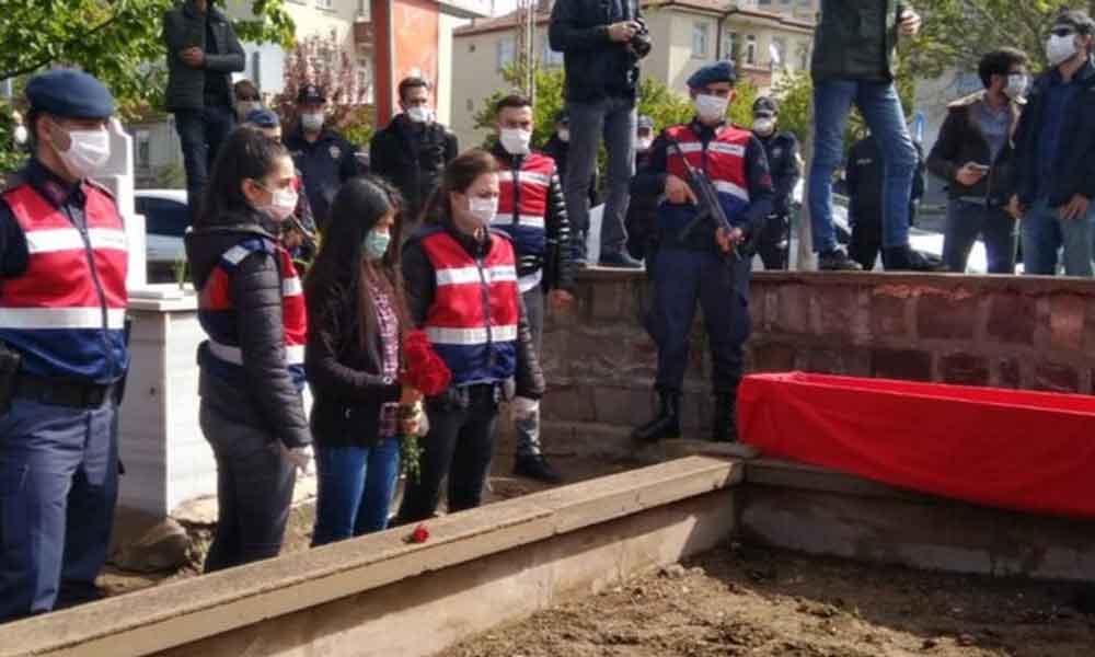 İbrahim Gökçek'in cenazesi defnedildi, polis türkü söylenmesine izin vermedi
