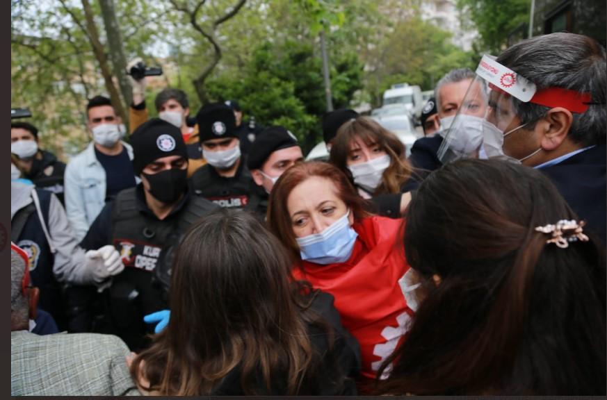 Taksim'e çelenk bırakmak isteyen DİSK yöneticilerine müdahale
