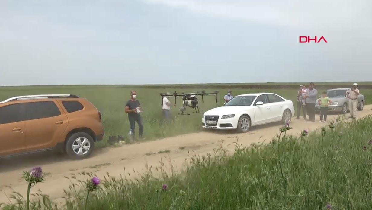 Köylüler drone ile ilaçlamayı meraklı gözlerle izledi