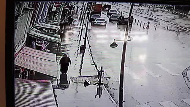 El freni çekilmeden bırakılan otomobil mağazaya girdi