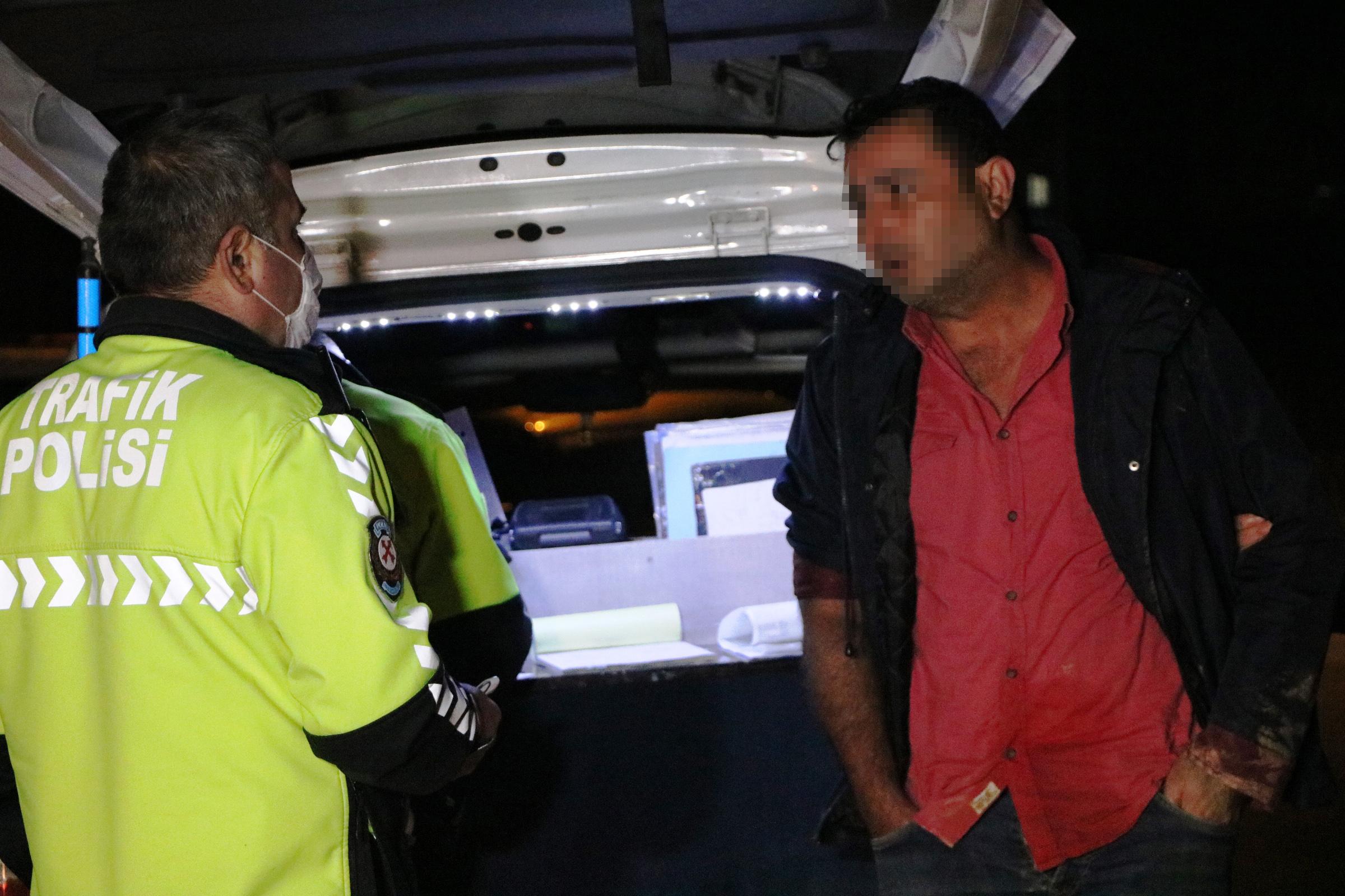 Kaldırıma çarpan alkollü sürücü, girdiği tarlada sızdı