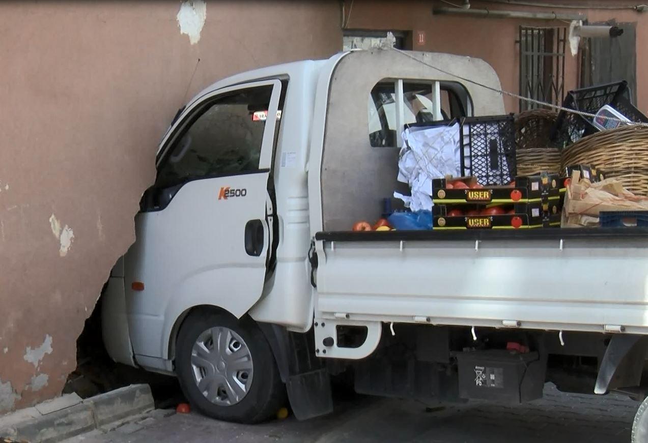 Freni patlayan kamyonet eve girdi: 1 yaralı