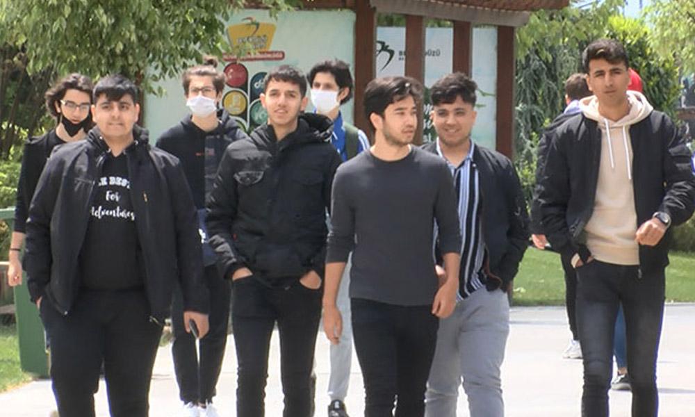 Ne maske taktılar ne sosyal mesafeye uydular! Gençler sokağa çıktı…