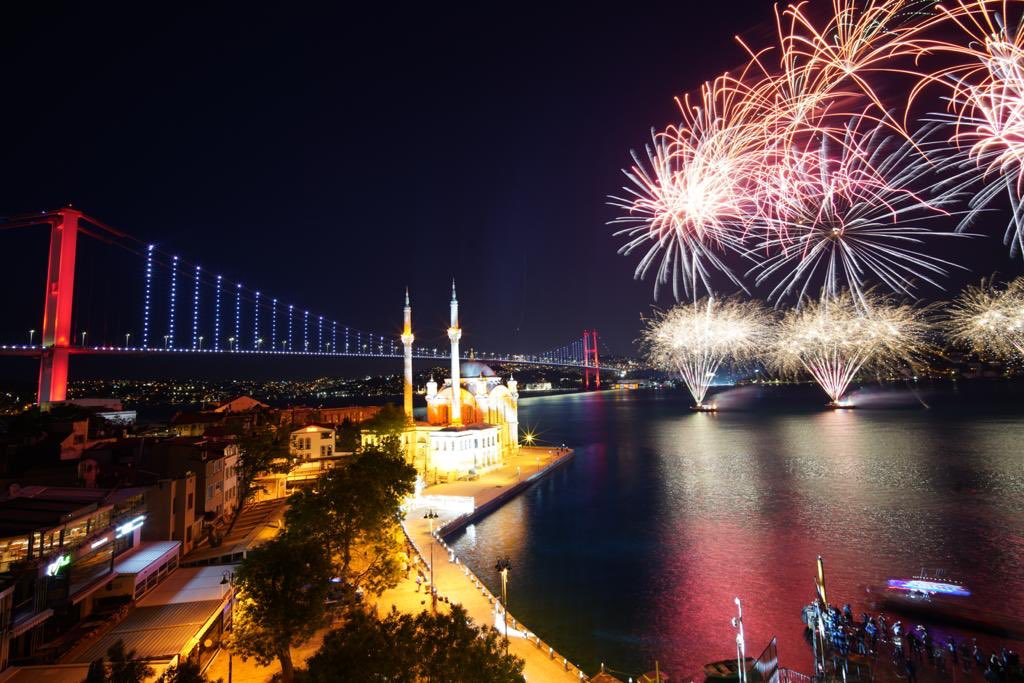 İstanbul Boğazı'nda havai fişekli 19 Mayıs kutlaması!