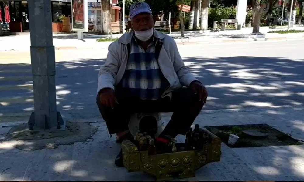 83 yaşındaki yurttaş, sokağa çıkabildiği saatlerde ayakkabı boyadı