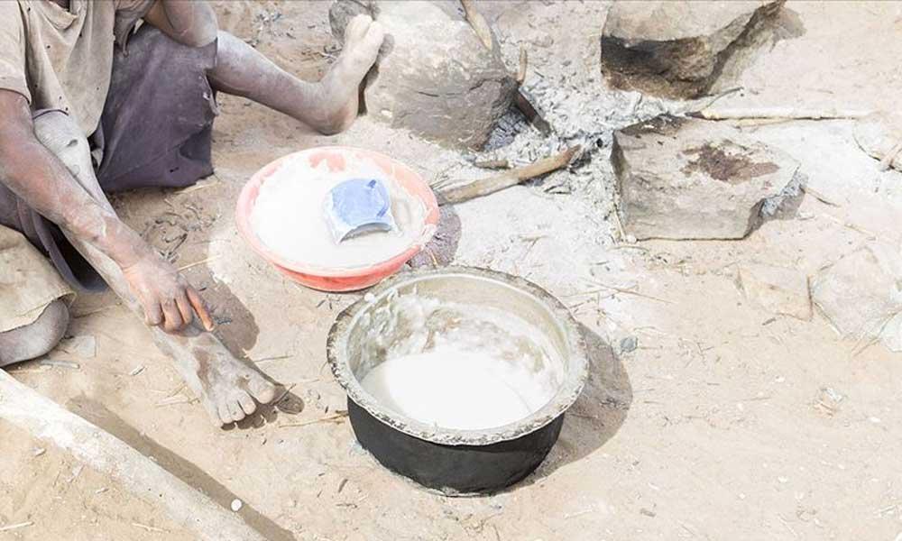 Kenya'da çocuklarına yemeğin piştiğine inandırmak için ocakta taş kaynatan anneye yardım yağdı