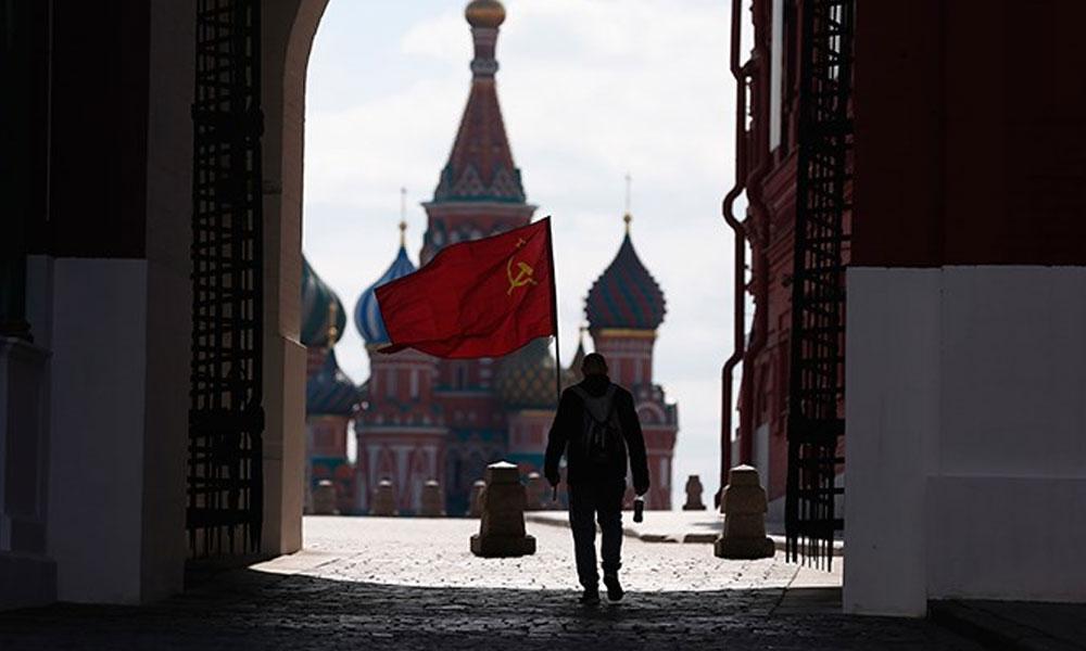 Kızıl Meydan'da orak çekiçli bayrakla tek başına yürüyen kişiye izin verilmedi