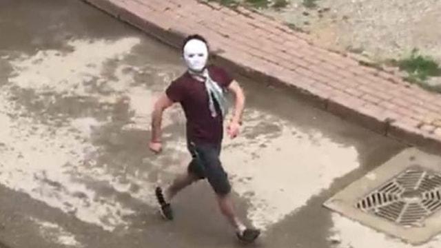 Yasakta sokağa maskeyle çıkıp gezdi, polisi görünce kaçtı