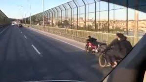 İstanbul'da bir motosikletli, hem kendini hem trafiği tehlikeye soktu