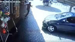 Otomobilin altında kalmaktan saniye farkıyla kurtuldu