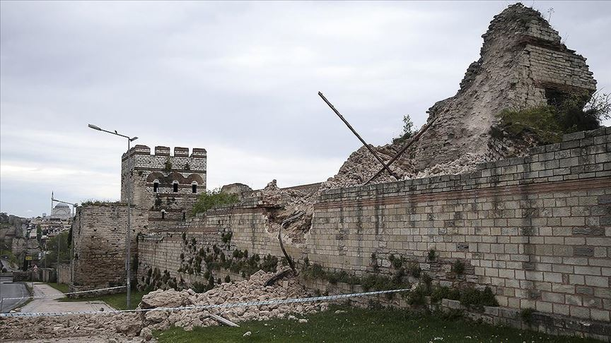 İstanbul'da tarihi surlarda çökme tedirginliği