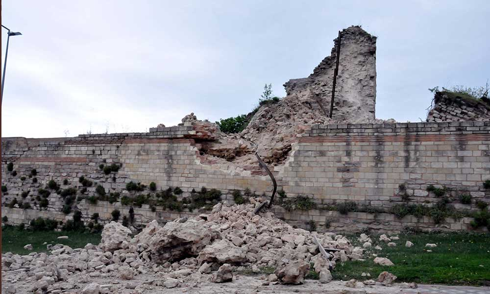 Topkapı'daki tarihi surlar çöktü