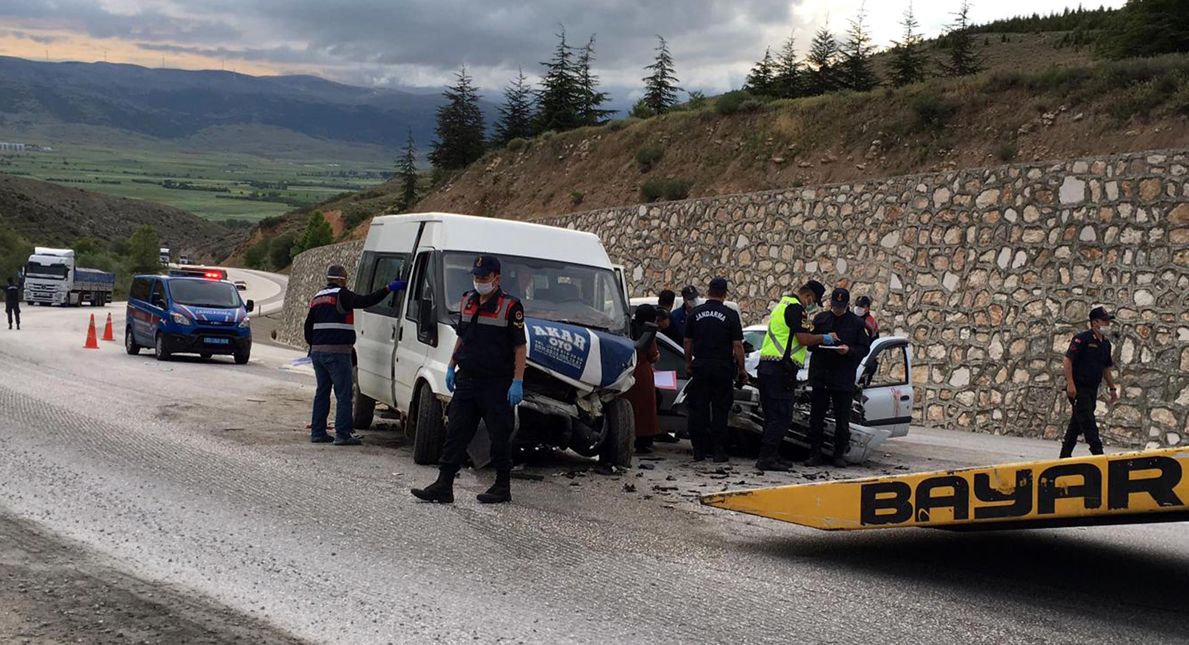 Tarım işçilerini taşıyan minibüsle otomobil çarpıştı: 2 ölü