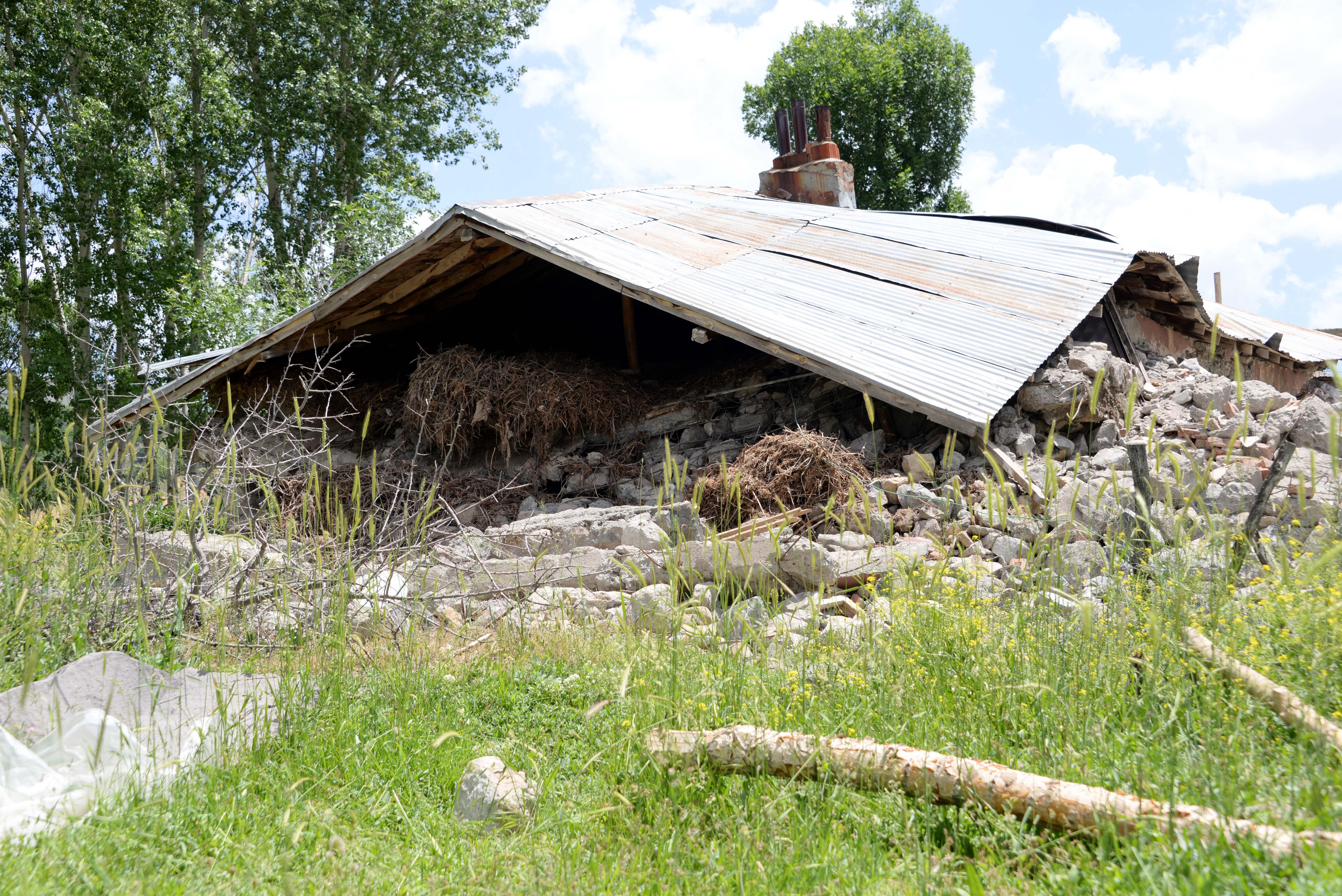 Depremde bir saat taş yığını altında yaşam mücadelesi verdiler