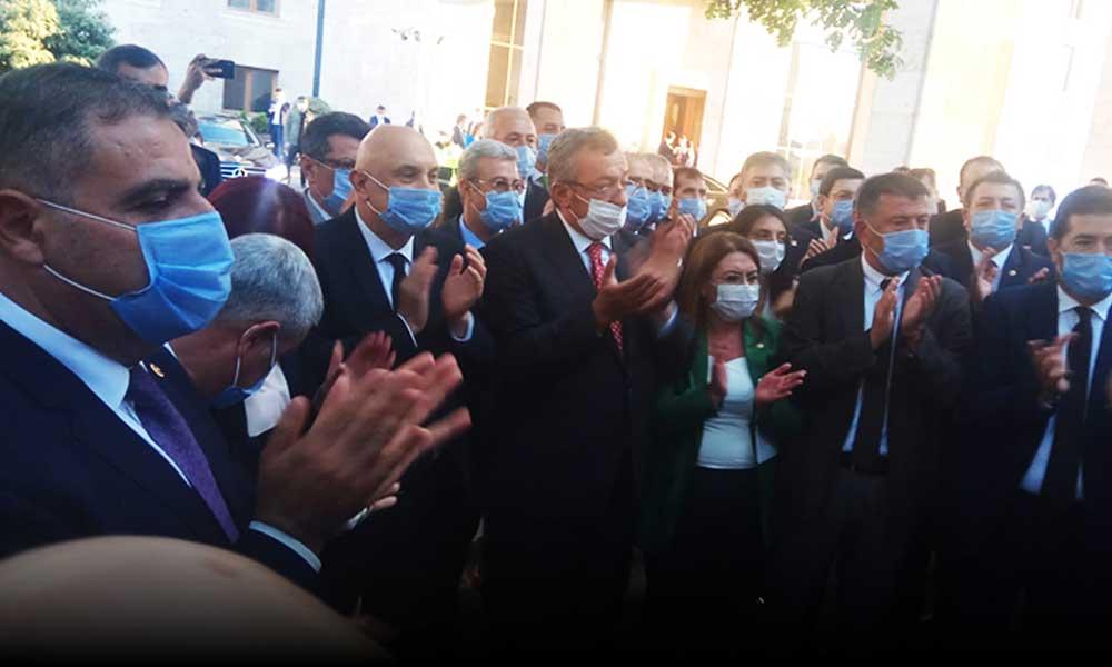 CHP'li vekiller, Meclis Başkanı Şentop'un kapısına Anayasa kitapçığı bıraktı