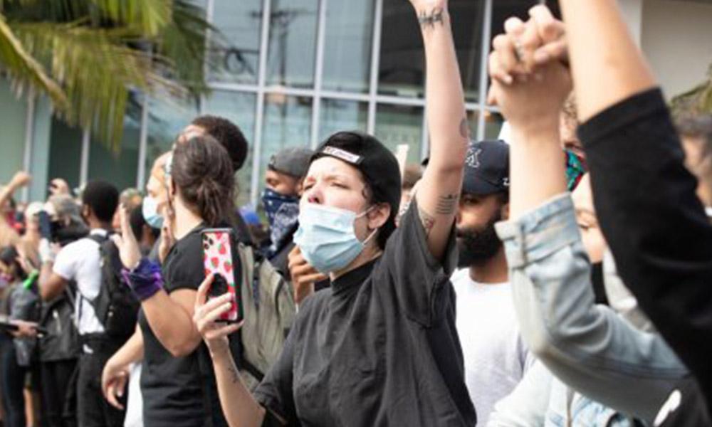 Tanınmış şarkıcı George Floyd protestolarında plastik mermi ile vuruldu