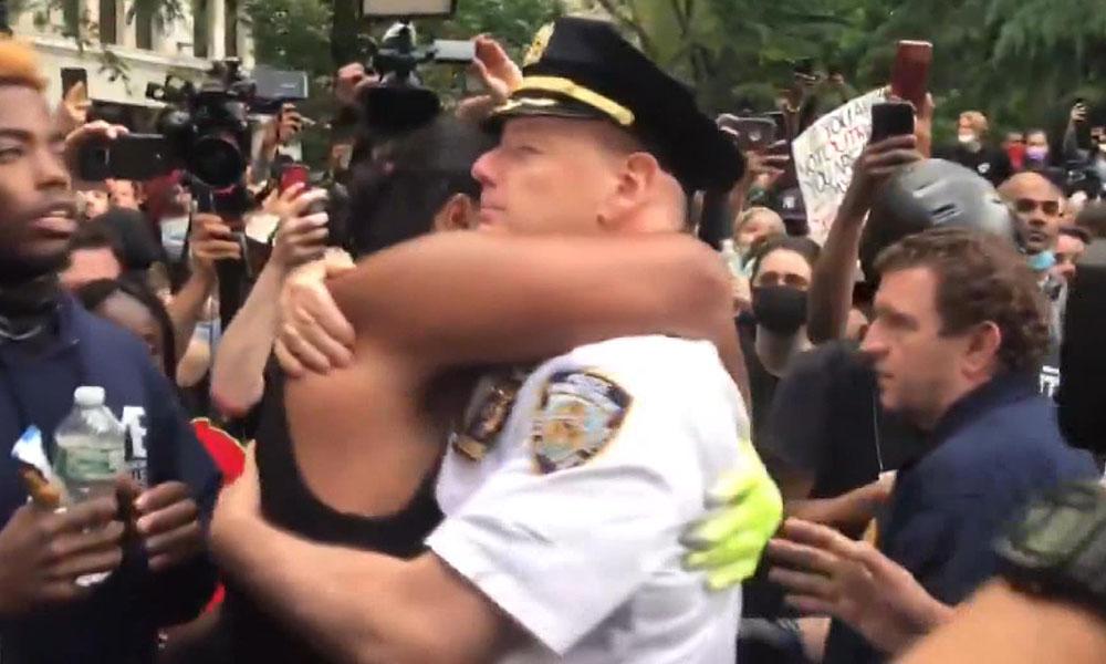 Polis ve eylemciler arasında dayanışma! İşte görüntüler…
