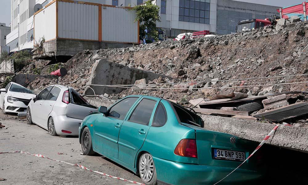 Esenyurt'ta sağanak yağışın ardından toprak kayması meydana geldi