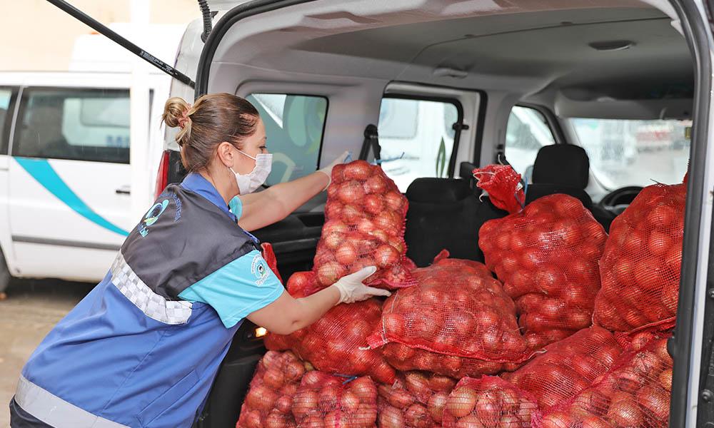 Mudanya Belediyesi sofralara soğan taşıyor