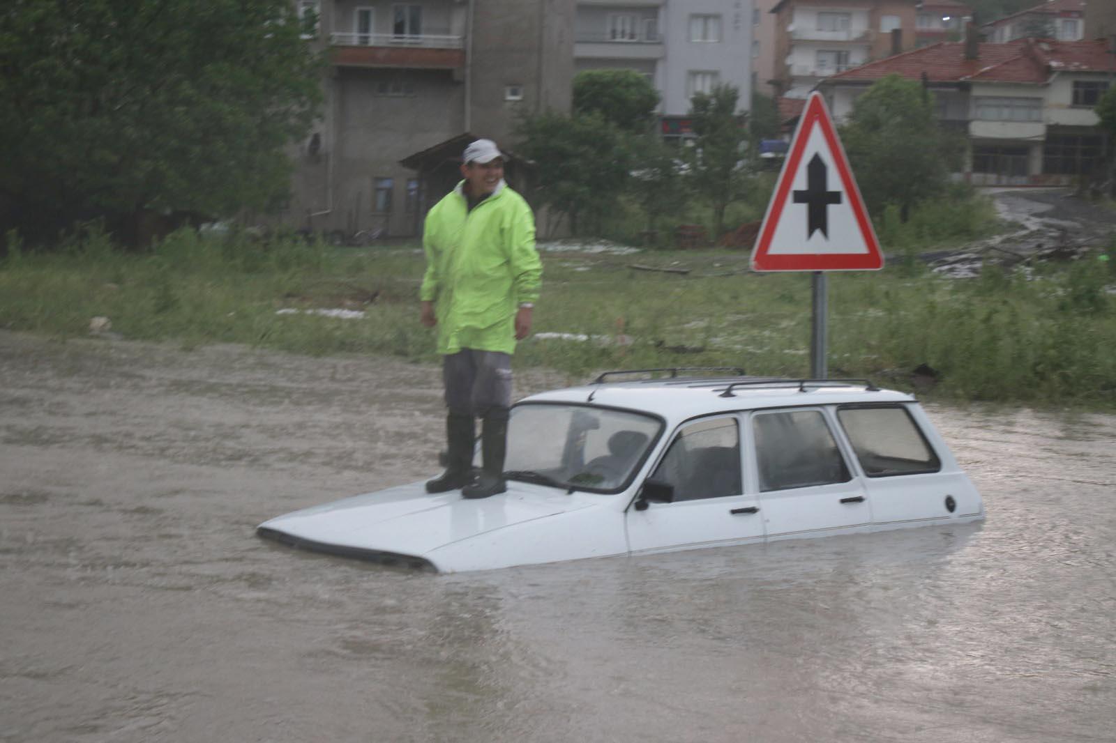 Dolu ve yağmur Domaniç'te yaşamı felç etti