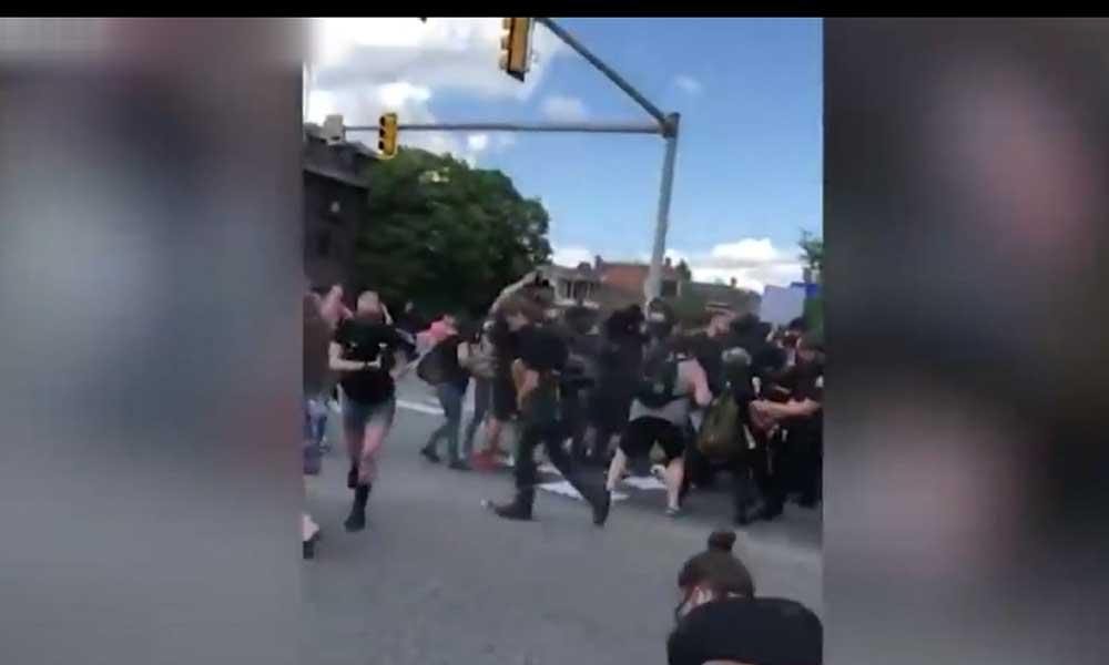 ABD'de polis şiddeti kameralarda: Polisin ittiği adam yerde hareketsiz kaldı