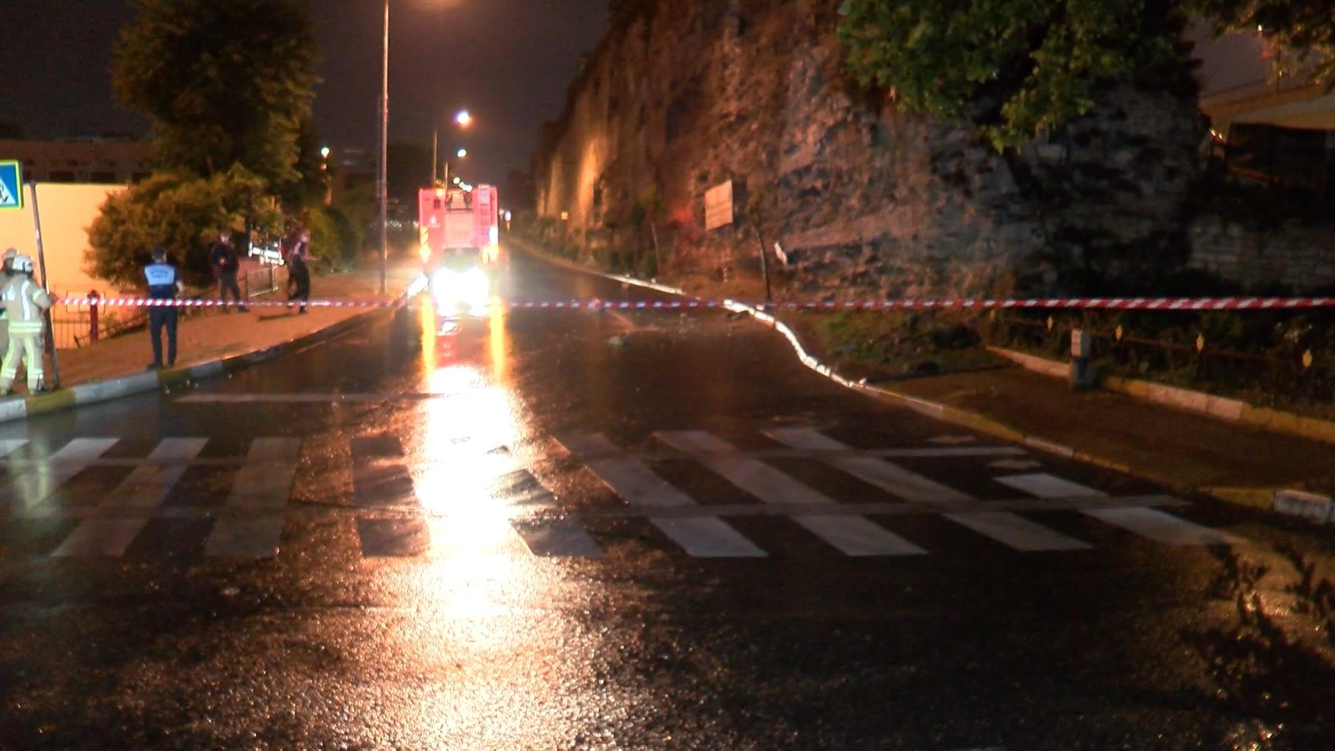 Fatih Topkapı'daki tarihi surlardan yola taş parçaları düştü