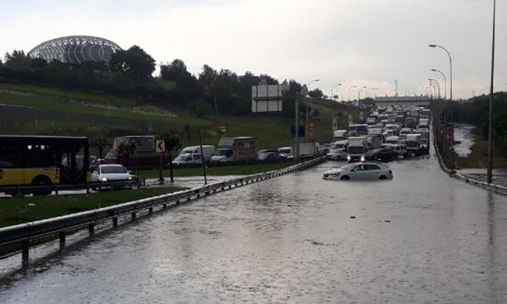 Sağanak yağmur İstanbul'u felç etti!