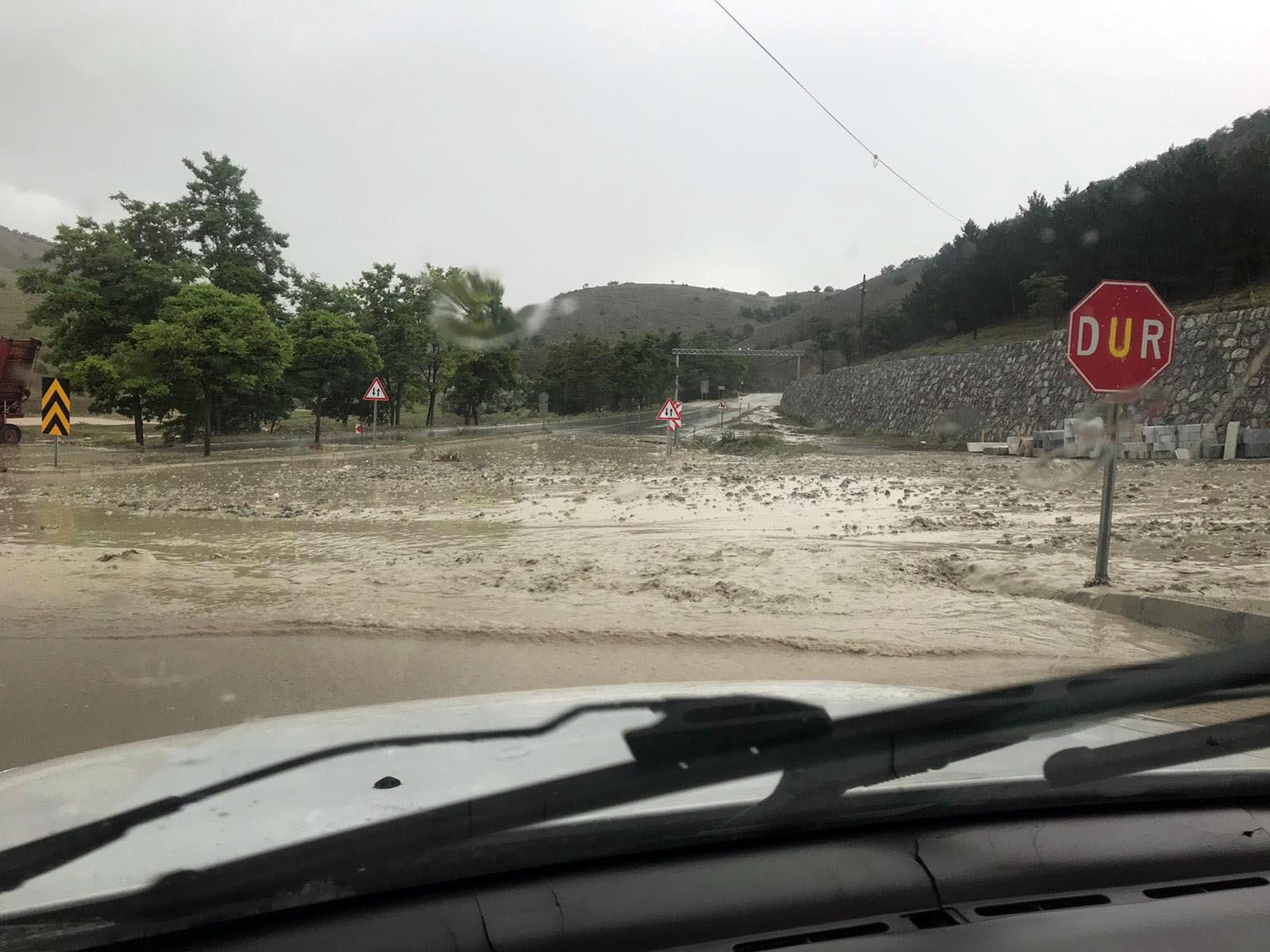 Yozgat'ta sağanak sele sebep oldu: Evleri su bastı, sürücüler mahsur kaldı