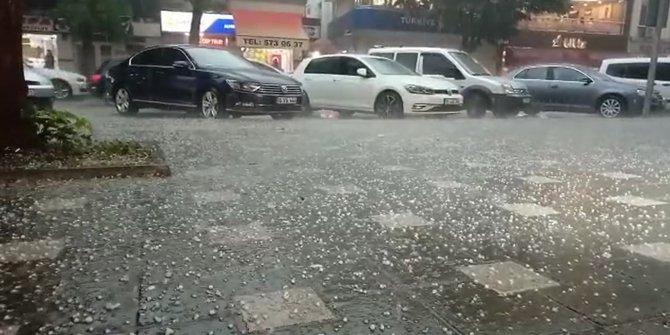 Bursa'da sağanak ve dolu hayatı olumsuz etkilerdi: Ev ve iş yerlerini su bastı