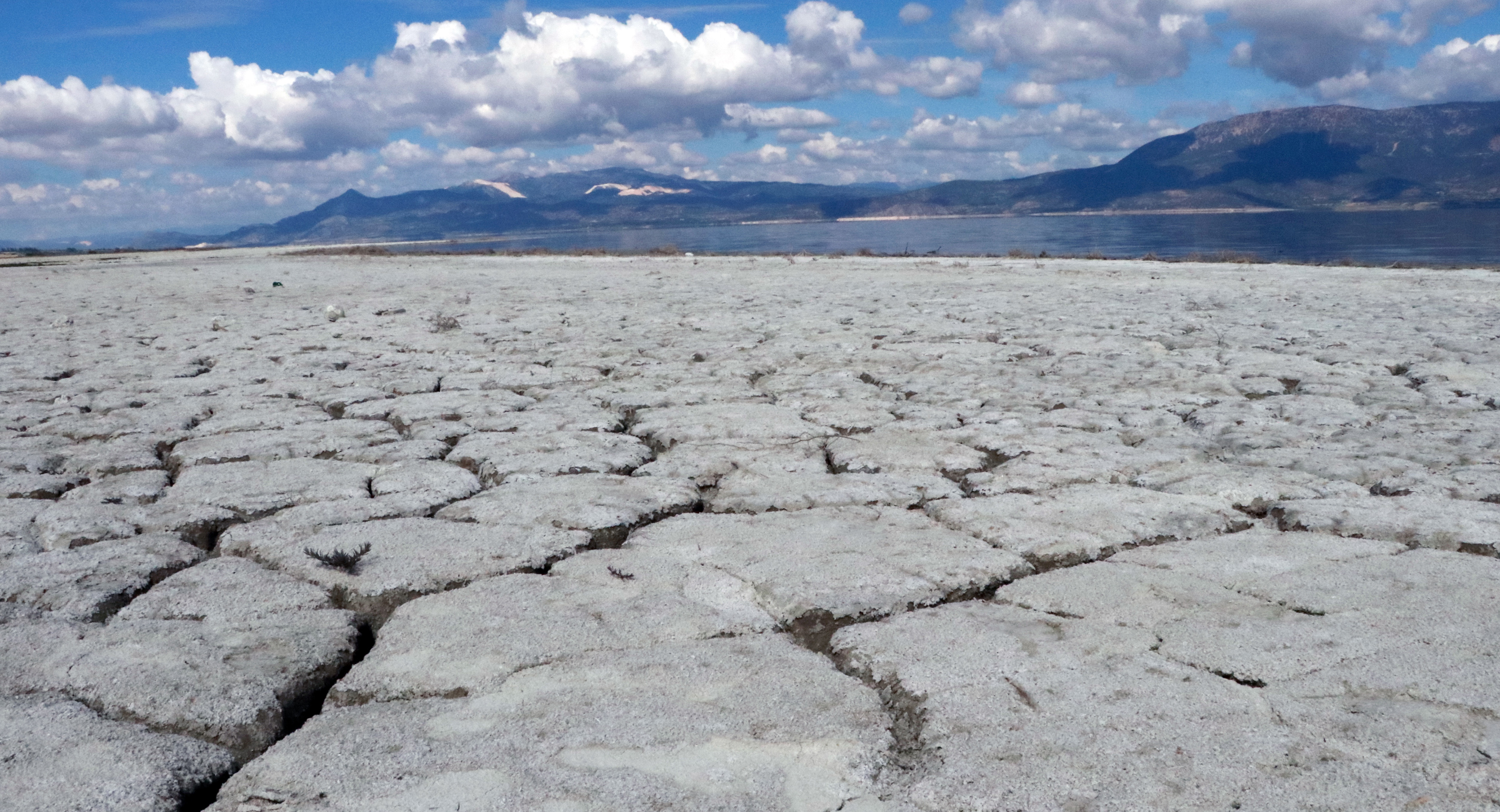 Kuruyan Burdur Gölü'nün kenarına 'ölüyorum' yazdı