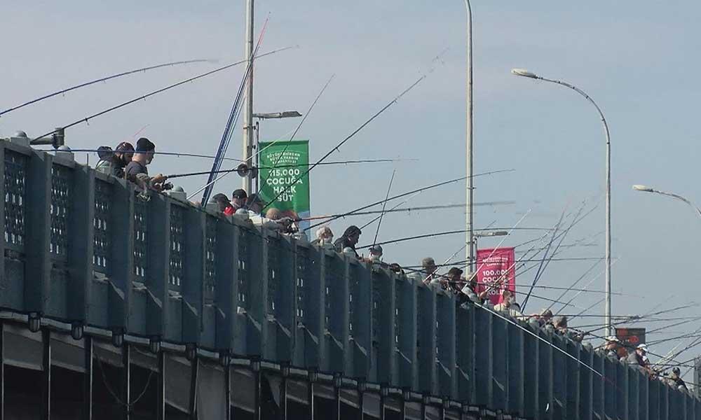 Yasak kalktı balıkçılar Galata Köprüsü'ne akın etti