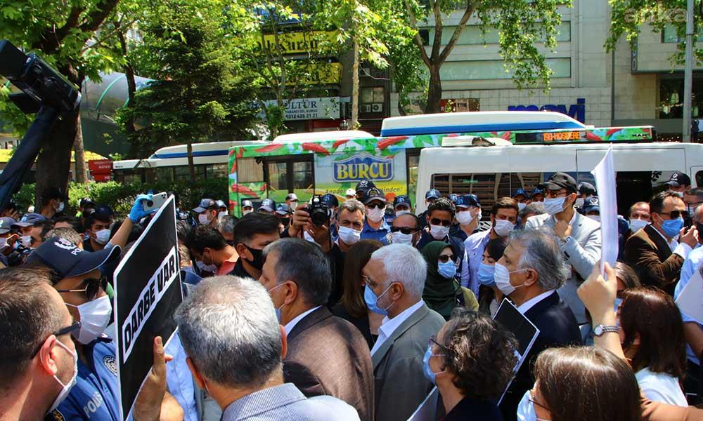 Meclis darbesine karşı yürüyen HDP'li vekillere polis müdahalesi