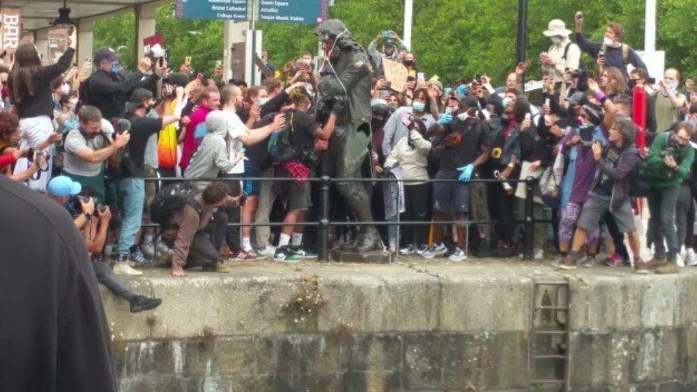 Protestolar büyüyor…İngiltere'de göstericiler köle tacirinin heykelini devirdi!
